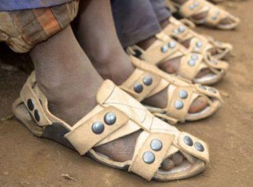 Sandalias que crecen, una solución para 300 millones de niños que viven descalzos