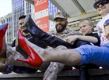 Caminan con zapatos de mujer a modo de protesta en contra de la violencia de género